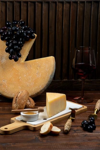 蜂蜜とブドウを添えたパルメザンチーズのかけら 無料写真