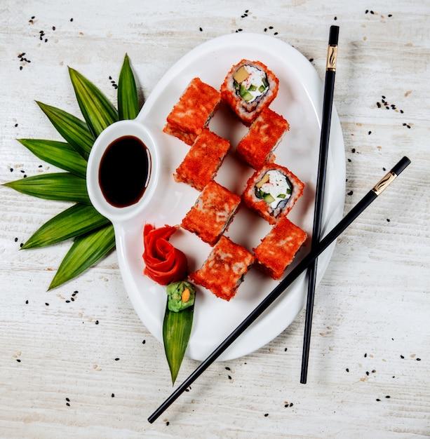 赤いトビコで覆われたキュウリ、カニスティック、巻き寿司の平面図 無料写真