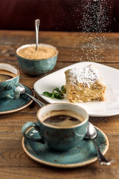 Десерт подается с кофе Бесплатные Фотографии