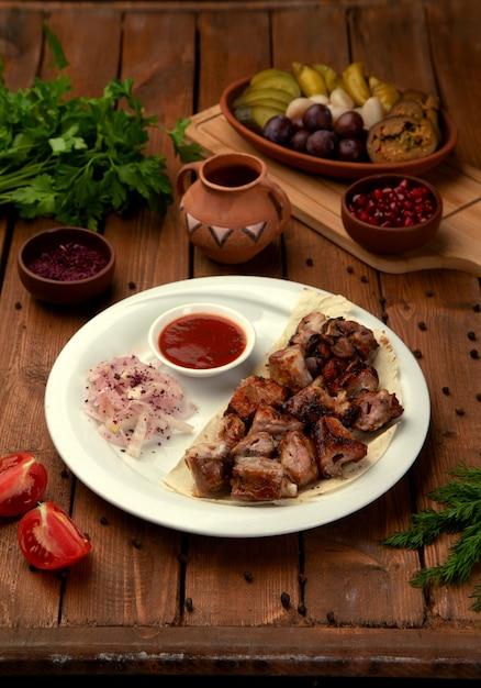 サイドオニオンとケチャップのグリル肉 無料写真