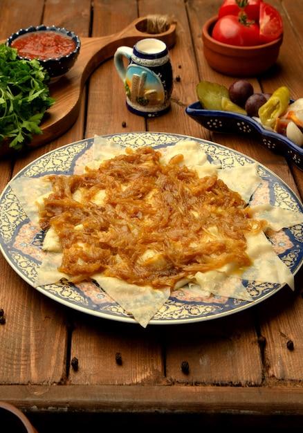 揚げ玉ねぎと肉をトッピングしたヒンガルの葉 無料写真