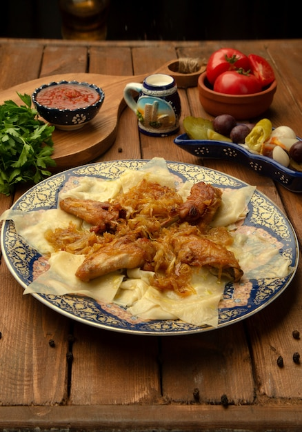 揚げたタマネギと鶏肉でヒンガルの葉を残す 無料写真