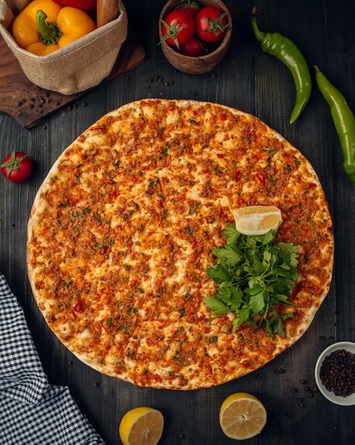 ひき肉とラーマジュントルコのピザ 無料写真
