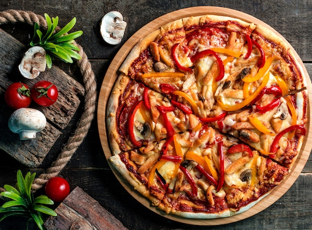ミックスピザ、トマト、マッシュルーム 無料写真