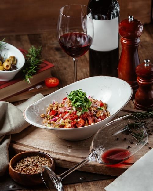 赤ワインのグラスとミックスサラダ 無料写真