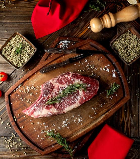 Ломтик сырого мяса с зеленью и солью Бесплатные Фотографии
