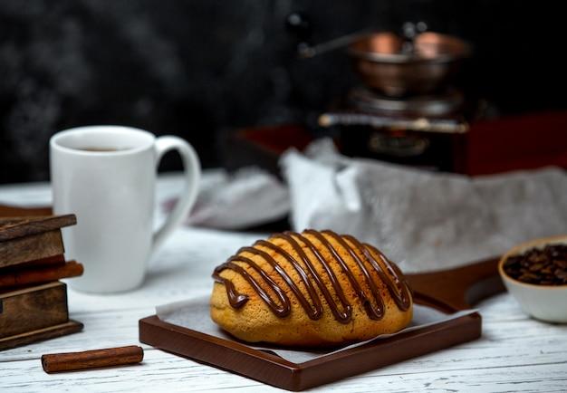 チョコレートシロップをトッピングした白パン 無料写真