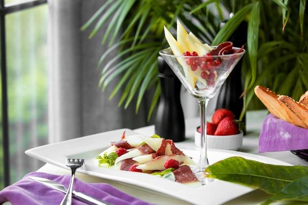 混合食付きの皿とグラス 無料写真