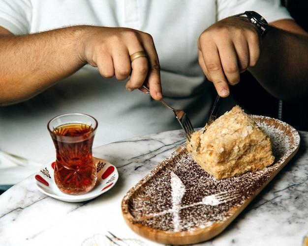 お茶でケーキを食べる男 無料写真