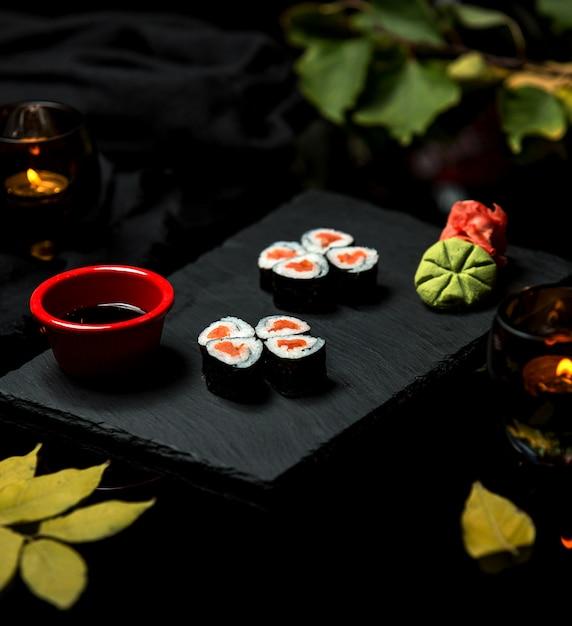 皿の上の黒米寿司 無料写真