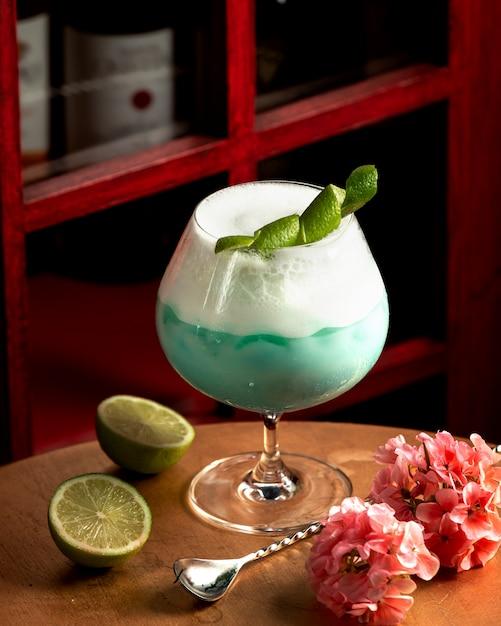 Голубой напиток с пеной, украшенный цедрой лимона Бесплатные Фотографии
