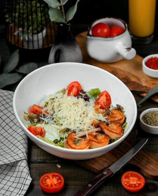 エビフライとトマトのシーザーサラダ 無料写真