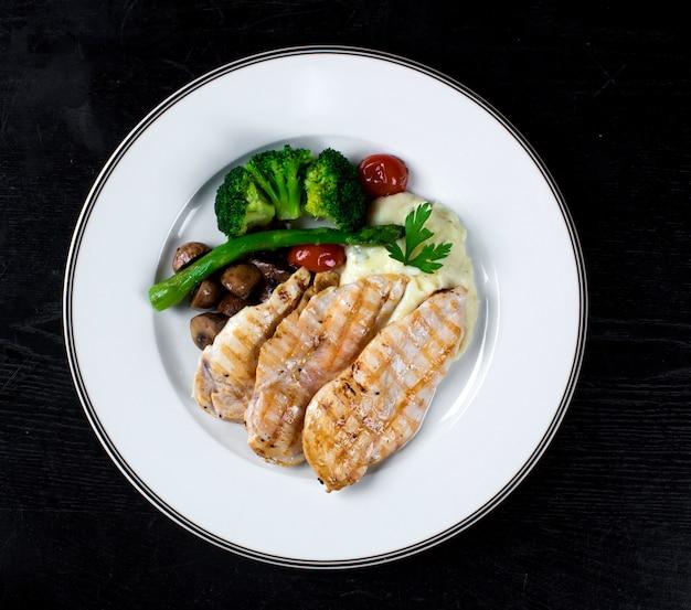 Куриная грудка с овощами и картофельным пюре Бесплатные Фотографии
