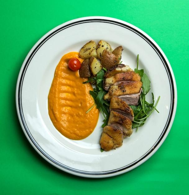 サクサクした焼き肉とジャガイモ 無料写真