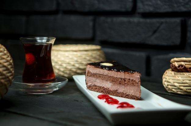 カスタードチョコレートスポンジケーキと熱いお茶のカップ 無料写真