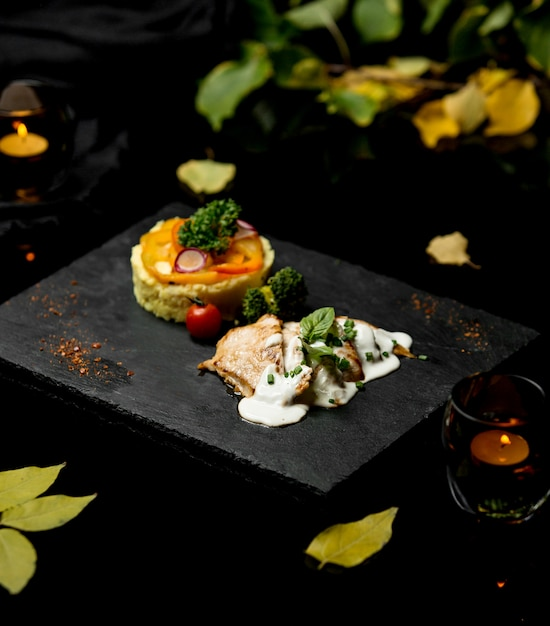 魚のフライとクリームと野菜 無料写真