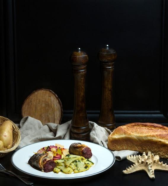 揚げ肉と野菜と白パン 無料写真
