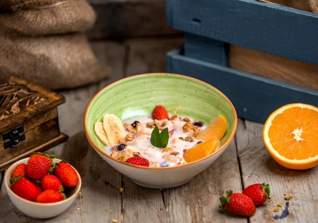 ヨーグルトで覆われたフルーツサラダ 無料写真