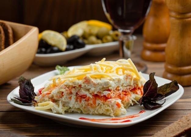 卵白、にんじん、ポテト、チーズのポーション入りミモザサラダ 無料写真