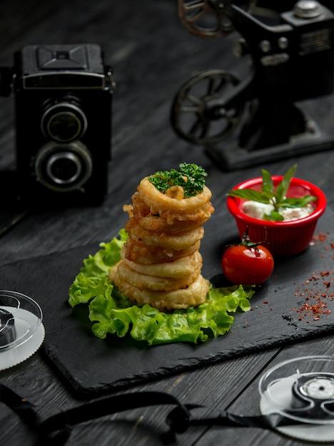 Луковые кольца в кляре с соусом и помидорами Бесплатные Фотографии