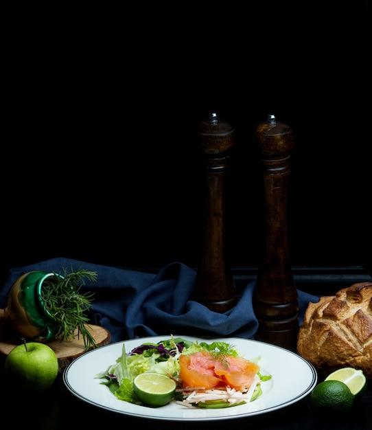 ハーブとリンゴのサーモンサラダ 無料写真