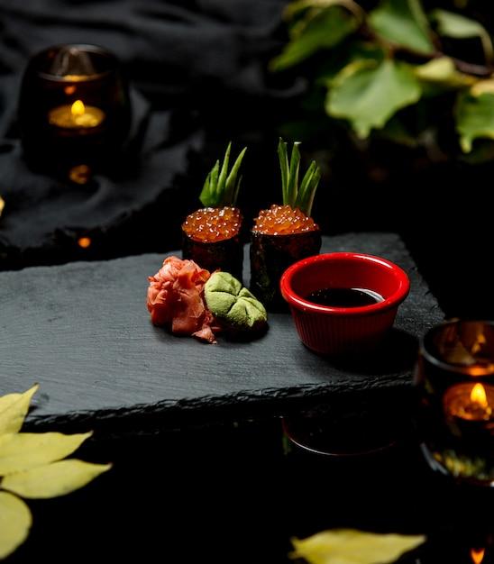 Суши с красной икрой, имбирем, хреном и соевым соусом Бесплатные Фотографии