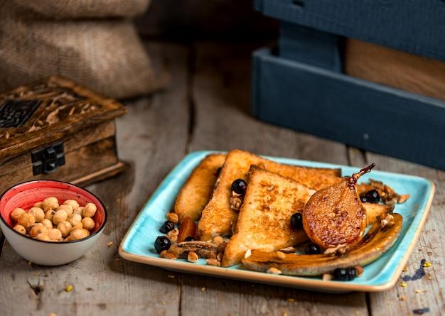 焼きナシバナナとドライフルーツのトースト 無料写真
