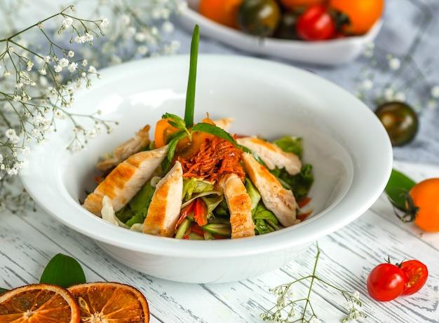 チキンとフライドオニオンとすりおろしたニンジンの野菜サラダ 無料写真