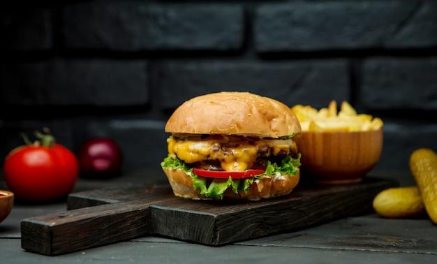 大きなチーズバーガーとフライドポテト 無料写真