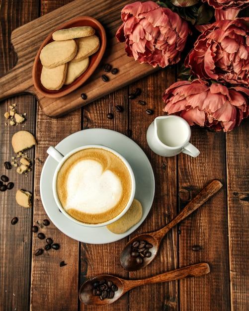 ショートブレッドクッキーとホットカプチーノのカップ 無料写真