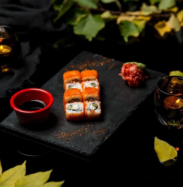 赤キャビア添え新鮮な魚寿司 無料写真