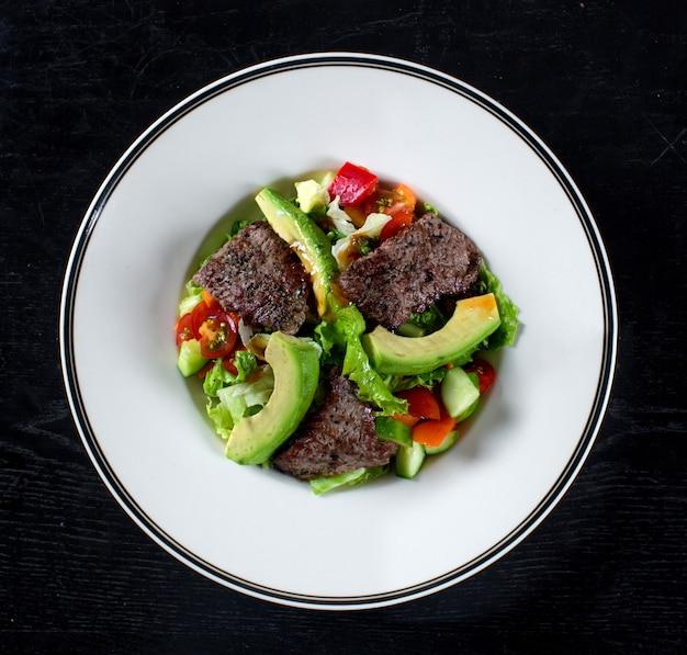 肉とアボカドの野菜サラダ 無料写真