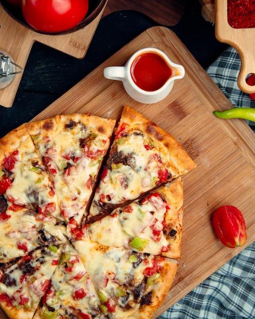 新鮮なイタリアのピザトップビュー 無料写真