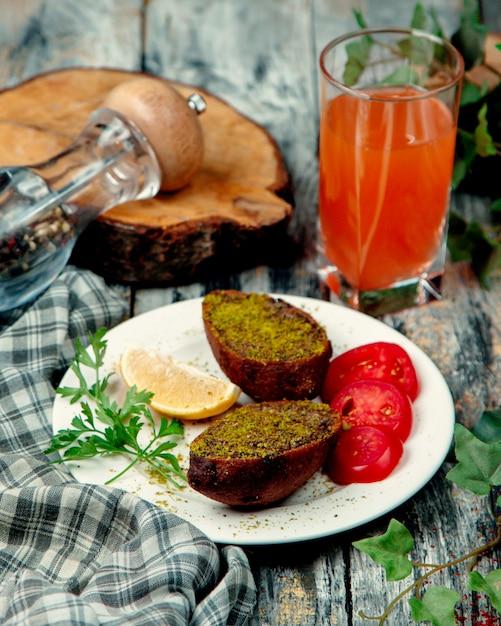 緑とトマトのスライスと揚げた牛肉 無料写真