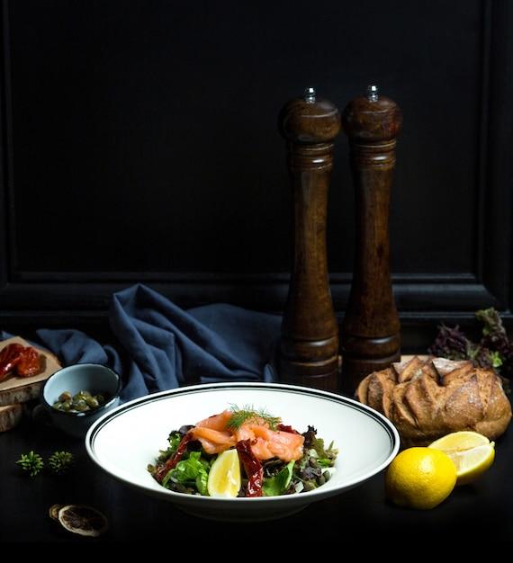 新鮮な野菜のサーモンサラダ 無料写真
