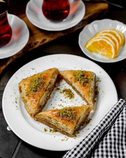Турецкий треугольник пахлава на столе Бесплатные Фотографии
