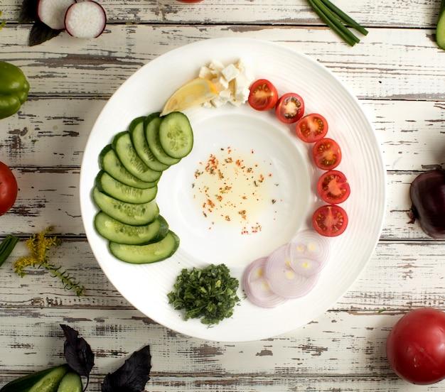 野菜とオリーブオイルのトップビュー 無料写真