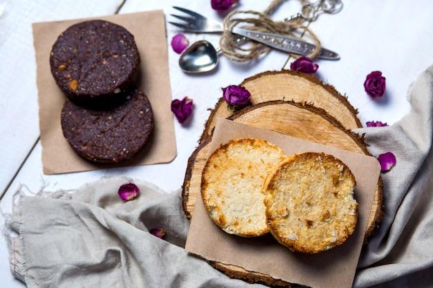 ココナッツパントーストスライスとチョコレートクルミバナナパンスライス 無料写真