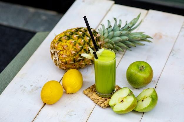 Зеленый яблочный сок с гарниром из яблок Бесплатные Фотографии