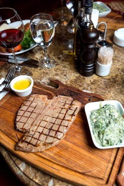 牛肉のグリルステーキとハーブとヨーグルトの混合物 無料写真