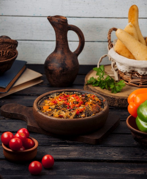 Шашлык из баранины жареный с луком, помидорами и сладким перцем в глиняной сковороде Бесплатные Фотографии