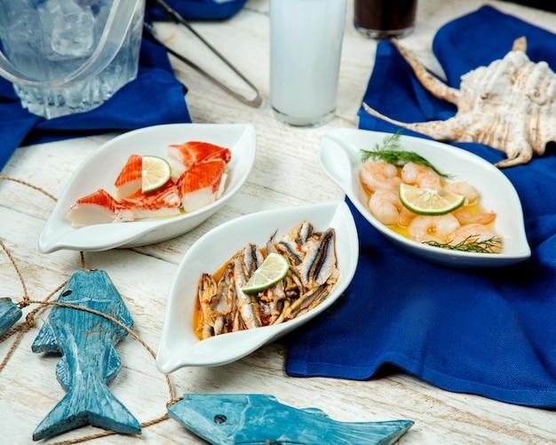 エビ、イカ、魚の盛り合わせが付いたシーフードのおかず 無料写真