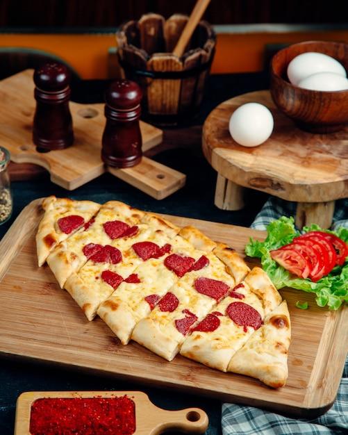 チーズとペパロニを添えたトルコのパイド 無料写真