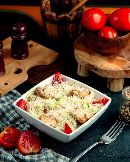 チキンシーザーサラダとおろしチーズのボウル 無料写真