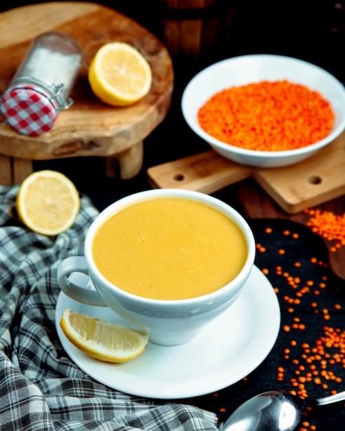 レモン添えのレンズ豆のスープ 無料写真