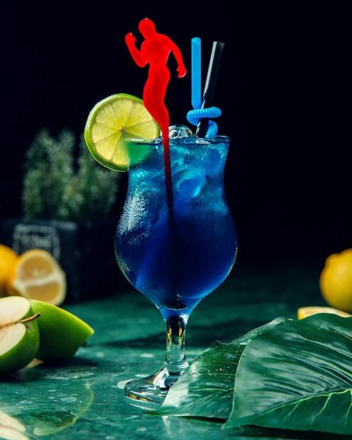 ライムスライスを添えて氷と青い飲み物のガラス 無料写真