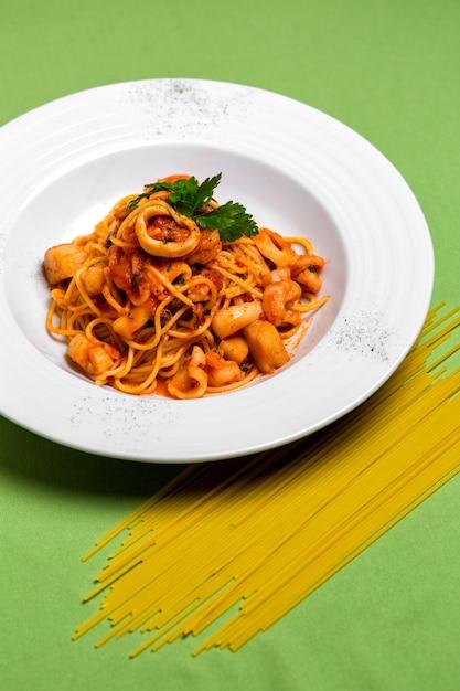 パセリを添えたトマトソースのシーフードスパゲッティのプレート 無料写真