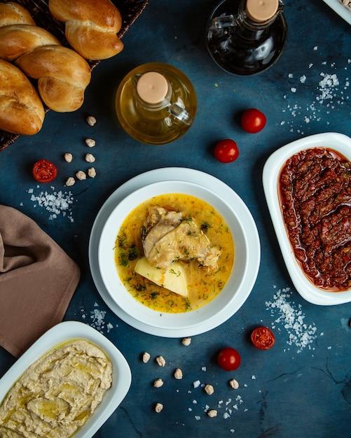 チキンスープ、サイドディッシュ、パンの平面図 無料写真