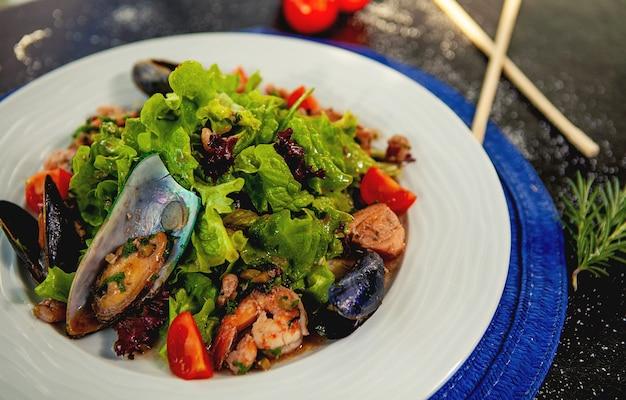 ムール貝、エビフライ、野菜のシーフードサラダ 無料写真