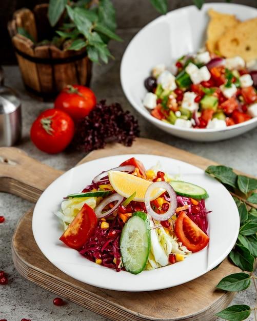 レモンと玉ねぎをトッピングした野菜のサラダ 無料写真
